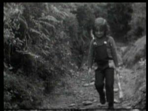 NIÑA GALLEGA CAMINO DE LA ESCUELA PDVD_002